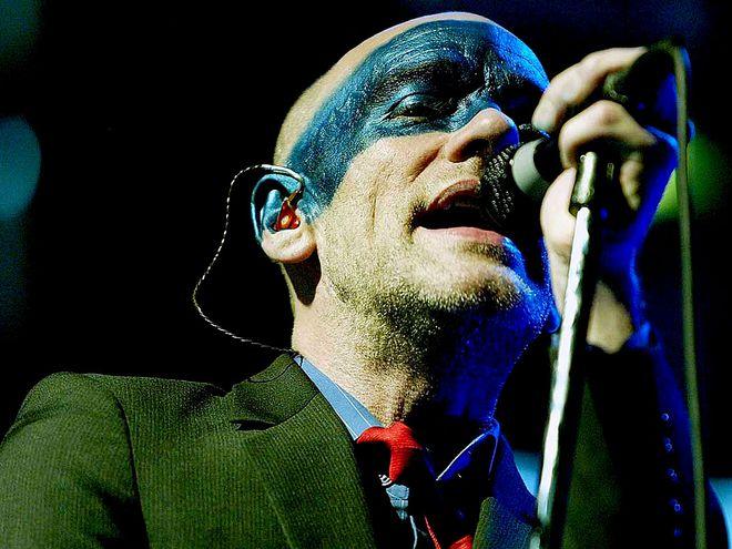 Michael Stipe, vocalista de R.E.M., durante un concierto de la banda en el festival de Glastonbury, en 2003.