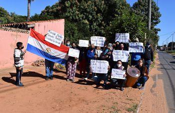 Vecinos reclaman la liberación de vereda alambrada por vecino en Lote Guasu de San Lorenzo.