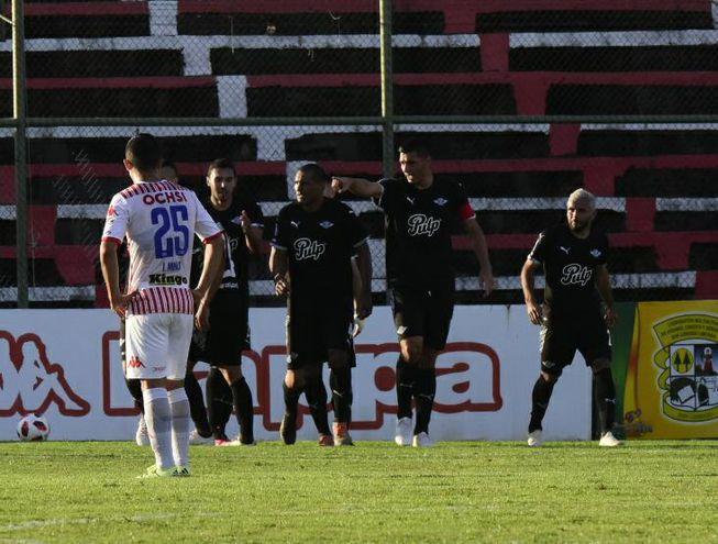 Oscar Cardozo anotó el primero de Libertad en la cancha de San Lorenzo.