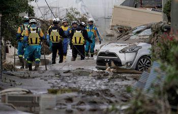 Policías y rescatistas durante las labores de rescate en la ciudad de Nagano, Japón.