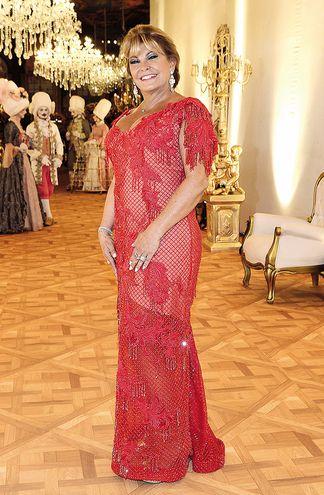 Teresita Ehrecke Elegante. Ramas y red de canutillos en solemne rojo llevó el vestido con la firma de Stephanie Gosling. La delicada transparencia dio en la nota.