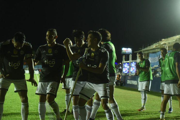 Festejo de los jugadores de Olimpia tras el gol de Néstor Camacho.