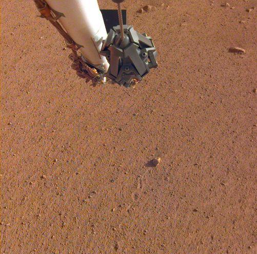 """Imagen facilitada por la NASA de la roca bautizada como """"Rolling Stones Rock"""", en el centro de la imagen, detrás de la que se aprecia la marca que dejó al ser desplazada por los propulsores del módulo espacial InSight durante su aterrizaje en Marte."""