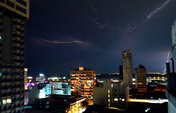 Imagen referencial de descargas eléctricas de anoche.