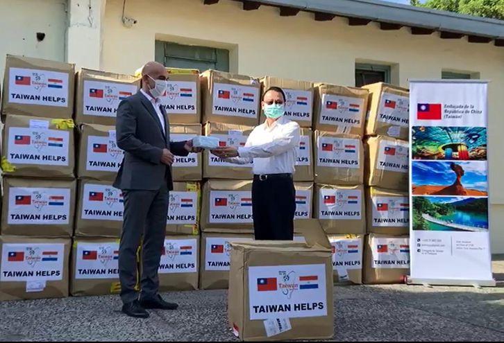 El embajador Diego Chou, en representación del Gobierno de la República de China (Taiwán) hace entrega de las mascarillas al ministro Julio Mazzoleni.