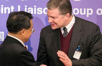 El subsecretario de Estado para Asia Oriental, Dan Kritenbrink (d) saluda al viceministro de Exteriores de China Continental, Liu Zhenmin. (AFP)