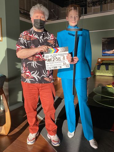 """El cineasta español Pedro Almodóvar y la actriz británica Tilda Swinton, en el inicio del rodaje de """"La voz humana""""."""