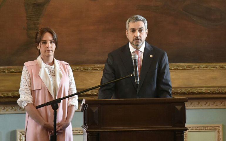 Mario Abdo Benítez hoy en Palacio de López con su esposa, Silvana.