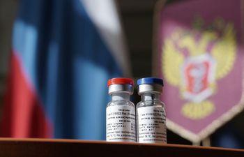 Una foto del Ministerio de Salud de Rusia muestra dos frascos conteniendo la nueva vacuna contra el coronavirus, fabricada y registrada por ese país.