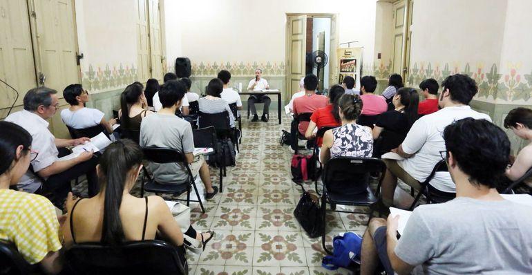 Guido Rodríguez Alcalá dictando, el año pasado, una de las concurridas clases del curso gratuito sobre historia ofrecido por el Centro Cultural de la República Cabildo.