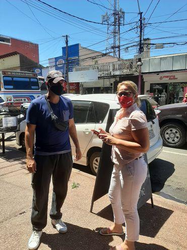María Raquel Lobos conversando con un usuario del transporte público.