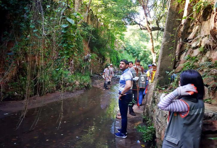 El intendente de Asunción Óscar Rodríguez  en la minga realizada en el barrio San Vicente. Instó a los vecinos a que dejen de arrojar basuras en el arroyo Mburicaó.