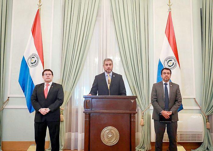 El presidente Mario Abdo (c) con los viceministros de Tributación, Óscar Orué (i), y de Administración, Óscar Llamosas (gentileza).