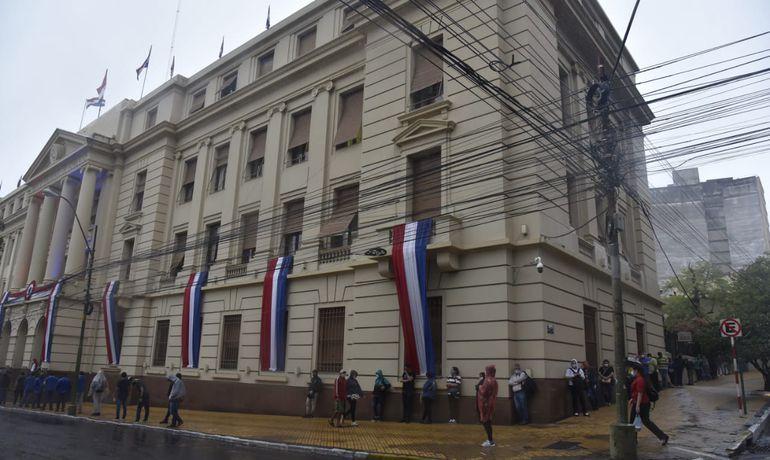 Una larga fila de ciudadanos también buscó hacer gestiones en el Banco Nacional de Fomento, en su sede central ubicada sobre Independencia Nacional y Cerro Corá.