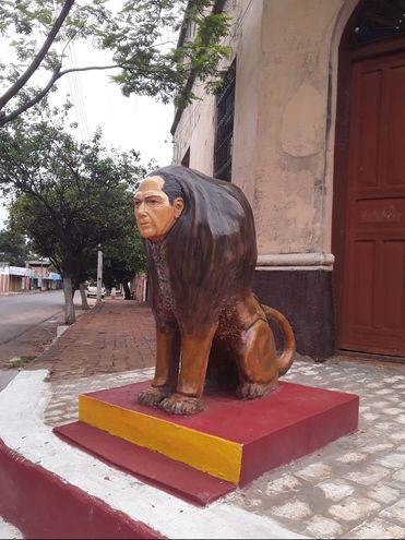 Escultura de león con rostro humano.