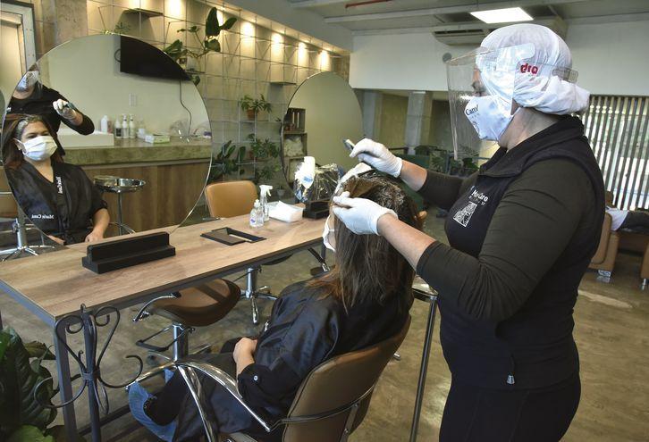 Las peluquerías y barberías abrieron de nuevo desde el pasado 25 de mayo, bajo estrictas medidas sanitarias.