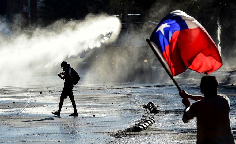 Manifestantes chilenos durante un enfrentamiento con la policía en Santiago, el pasado viernes.