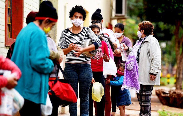 El uso de mascarillas en lugares públicos es muy importante para ayudar a que las gotitas de nuestra respiración y las que emitimos al hablar no se propaguen a mucha distancia.