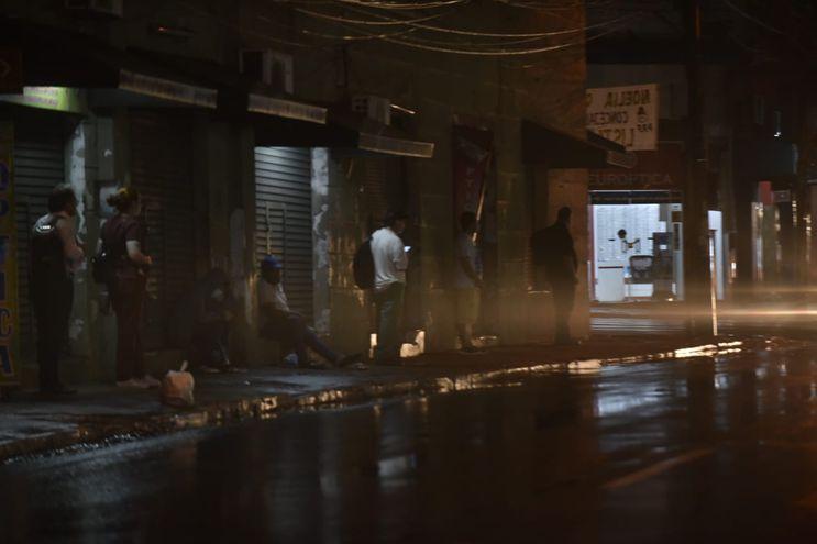 La tormenta caída anoche dejó a muchos barrios sin energía eléctrica.