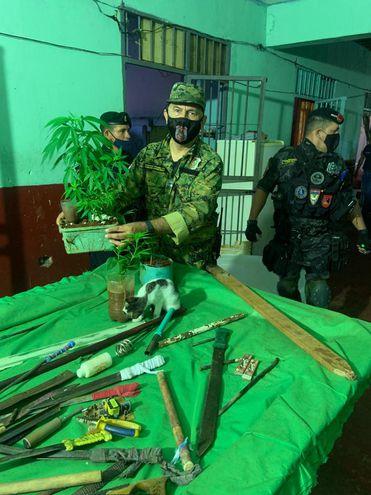 Encontraron armas blancas y hasta plantines de marihuana durante la requisa.