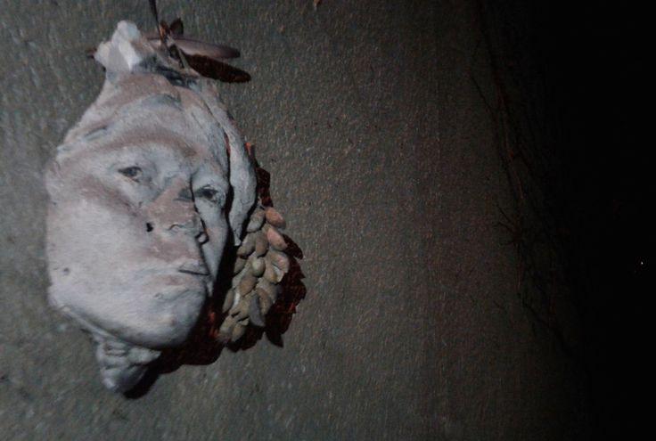 Lo que queda de una escultura de Cerwuis en la pared de la  familia Fric, en la noche de Praga.