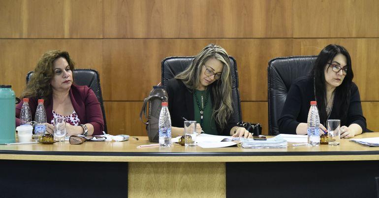 Tribunal de Sentencia, integrado   Lourdes Peña, Laura Ocampos y Rossana Maldonado.