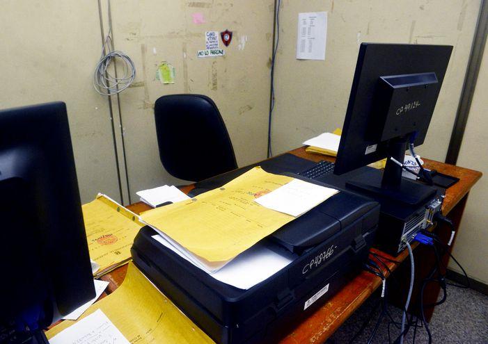 En casi todas las oficinas del Juzgado de Faltas municipal,  las impresoras no funcionan  por la falta de tinta. Tampoco hay hojas para imprimir. Los funcionarios se ven imposibilitados.