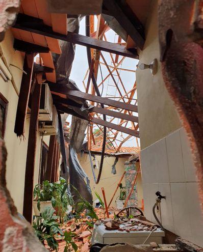 La antena de la radio FM Ñemby se desplomó y ocasionó perjuicios a tres familias al dañar sus  viviendas. No hubo personas heridas.