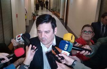 El senador Enrique Salyn Buzarquis (PLRA, efrainista) durante la entrevista que brindó a los medios de prensa este jueves en la cámara de senadores.