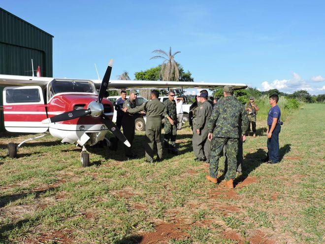 Los interventores examinan la avioneta capturada este sábado.