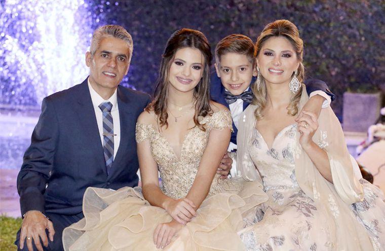 Mía rodeada de sus padres Daniel Reynal y Laura Martino. También la acompaña su hermanito Ian Reynal Martino.