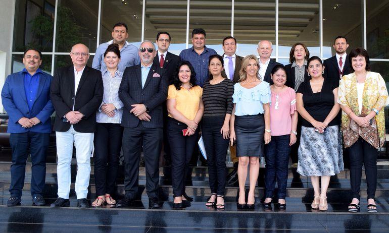 El grupo de visitantes con referentes locales del turismo, durante un encuentro en el hotel Savoy de Encarnación. También recorrieron sitios turísticos de Itapúa.