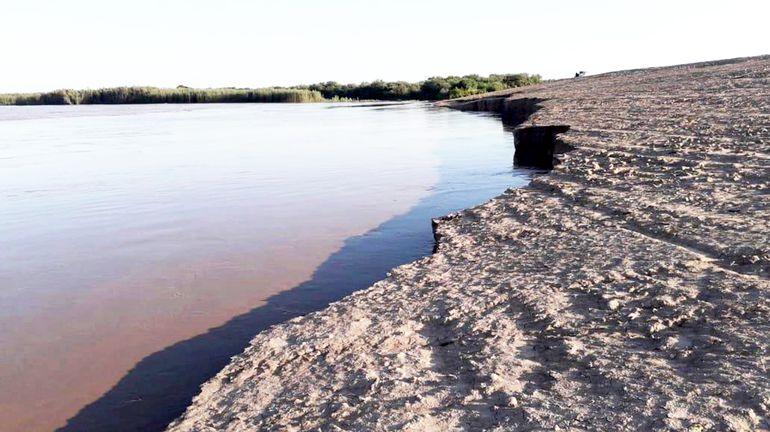 El muro aguanta bien las aguas, pero el derrumbe sigue avanzando de a poco.
