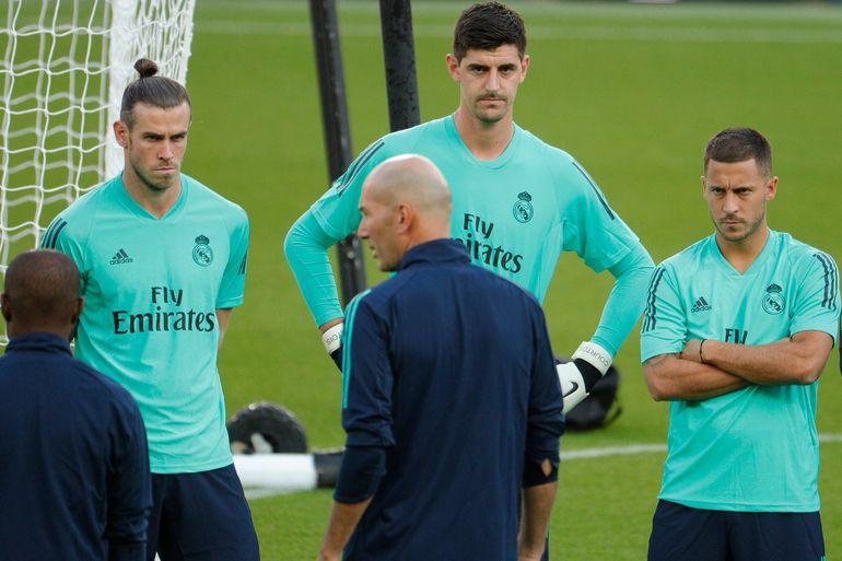 Courtois, Hazard y Bale escuchan a Zidane durante un entrenamiento.