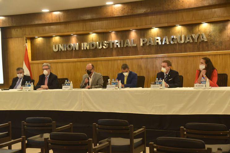 Directivos de la UIP, durante la conferencia de prensa de este lunes.