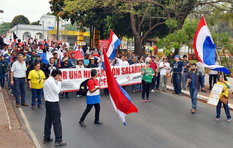 La marcha de los docentes viene generando caos vehicular, atendiendo a la gran cantidad de tránsito que registran ambas vías principales de ingreso y salida a la capital del país.