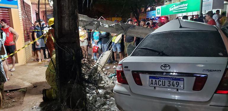 El automóvil implicado en el accidente fatal terminó incrustado por una columna de hormigón.