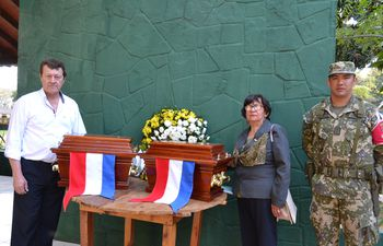 Las urnas con los restos de Pastora Concepción Céspedes y de su hijo Arsenio Céspedes fueron trasladadas a Yabebyry.