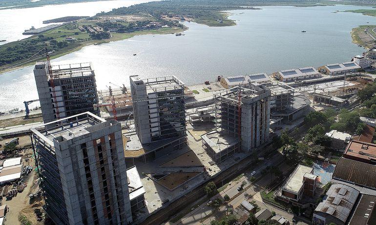 Con un avance en torno al 65% sigue la construcción de las torres de oficinas de Gobierno en el predio del puerto de Asunción. Tiene un encarecimiento de G. 95.750 millones.