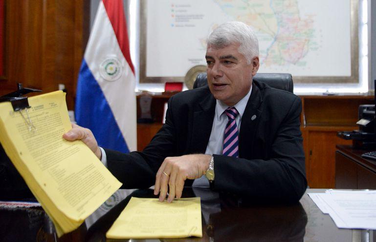 El ministro de Obras Públicas, Arnoldo Wiens, muestra el contrato original con la empresa Concret Mix, que se encargará de las obras del  Lote 5 en  la ruta Carlos Antonio López o Transchaco.