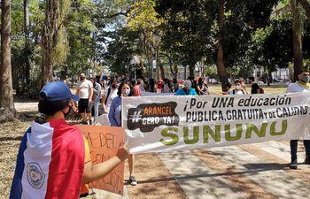 Estudiantes volvieron a tomar ayer las calles para exigir el arancel cero. Hicieron una manifestación pacífica.