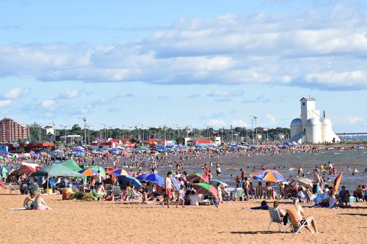 Bañistas coparon playas encarnacenas en el primer día del año.
