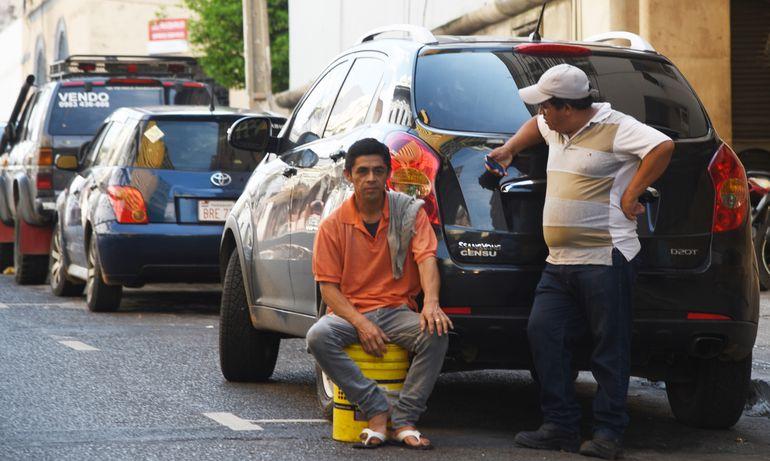La medida cautelar dictada por la jueza María Luisa Bajac prohibió a los cuidadores de vehículos cobrar por el estacionamiento y cuidado de rodados en las inmediaciones del estadio donde se disputó la fina de la Copa Sudamericana. Deja un precedente para otros casos.