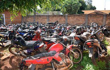 Patio de la Fiscalía de Caazapá repleto de motocicletas incautadas. Es un potencial criadero de mosquito.