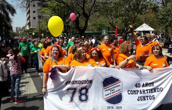 Egresados de la promoción '78 del colegio Dahlquist se sumaron al colorido desfile.