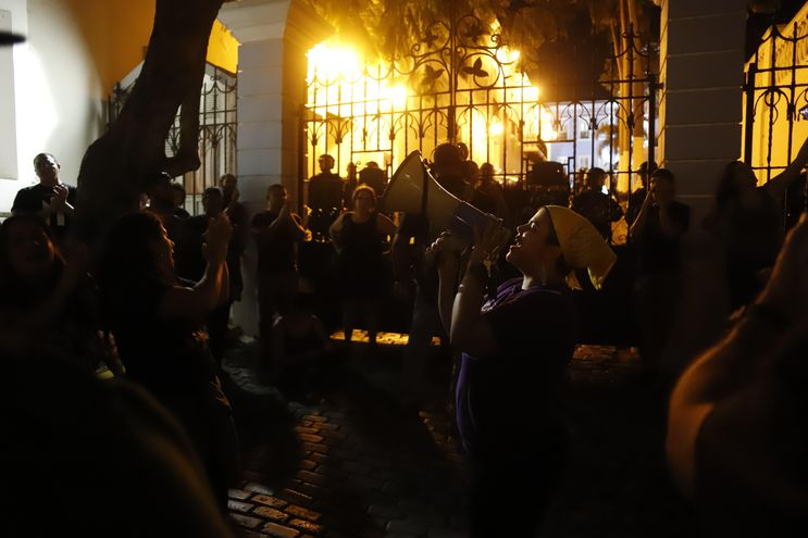 Cientos de personas se manifeatron durante la noche del sábado delante de la Fortaleza, sede del Ejecutivo, en la capital, frente a residencia del gobernador de Puerto Rico, Ricardo Rosselló.