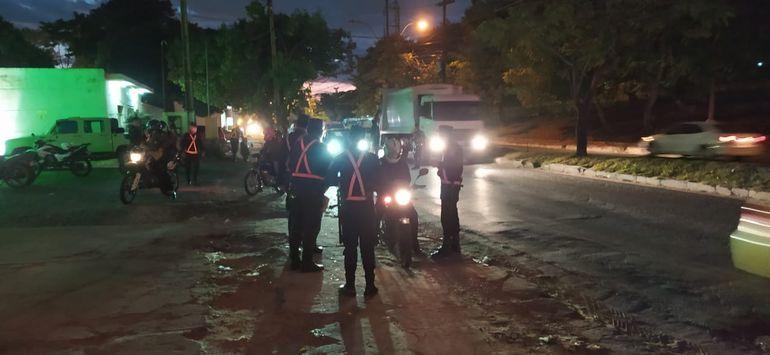 Desde tempranas horas, los agentes de la Policía realizan controles aleatorios en la vía pública.
