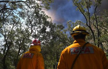 Sydney (Australia), 13/11/2019.- Victorian Country Fire Authority crews prepare containment lines at the Gospers Mountain fire near Colo Heights, New South Wales, 13 November 2019. (Incendio) EFE/EPA/DAN HIMBRECHTS AUSTRALIA AND NEW ZEALAND OUT