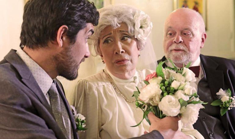 """Myriam Sienra (centro) junto a Hernán Melgarejo y José Luis Ardissone en una foto promocional de la obra """"El hijo de la novia""""."""