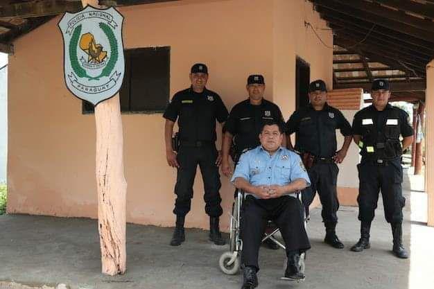 El comisario Rivas está en frente de un puesto policial en Villa Hayes.